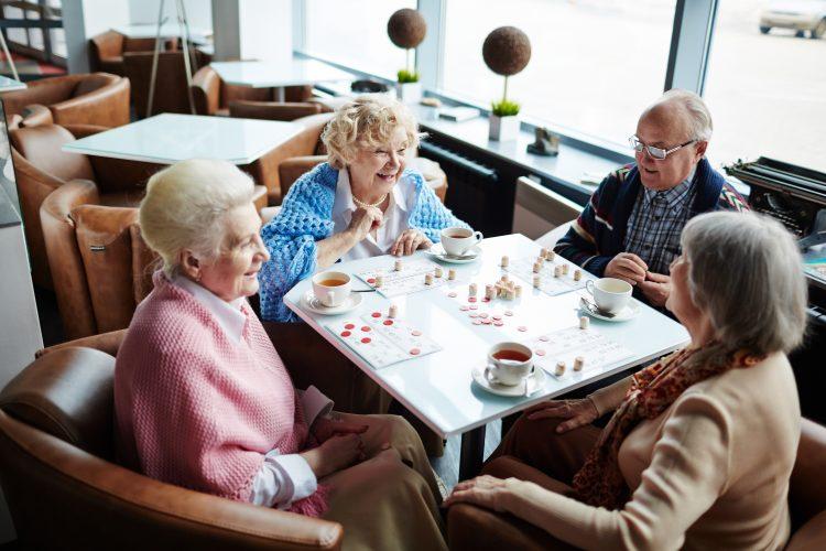 Apuvälineet tuovat turvaa heikkokuuloisille ja -näköisille ikääntyneille
